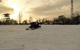 Подготовка хоккейного поля идет полным