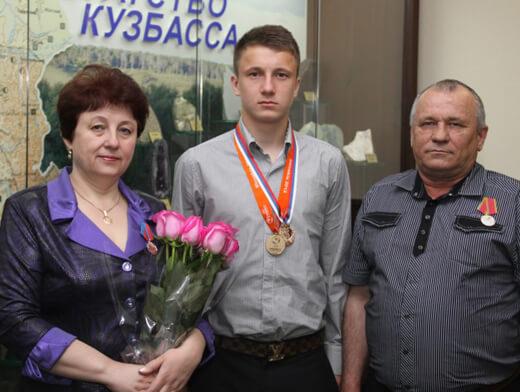 oblastnye-nagrady-Aleksandr-Golovin-i-roditeli-22-05-2013-1024×6822